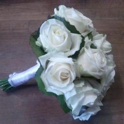 bouquet de mariée roses blanches et feuillage